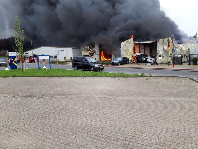 De brand sloeg over van loods naar loods.