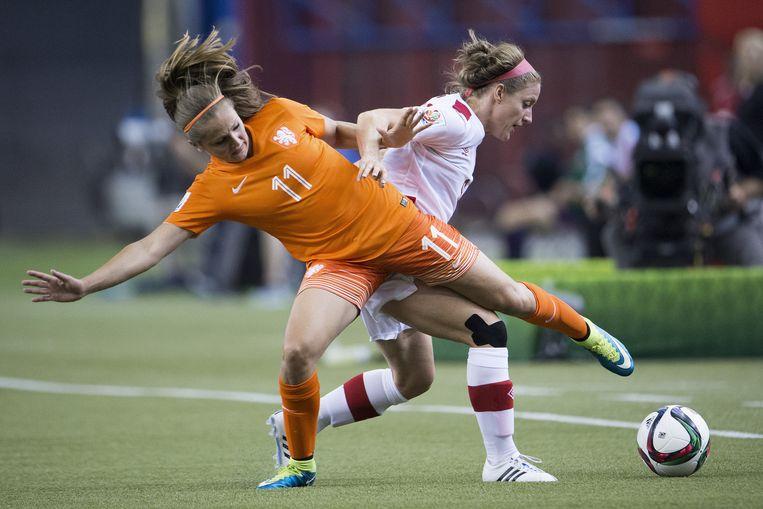 Lieke Martens in duel met Josee Belanger (Canada). Beeld anp