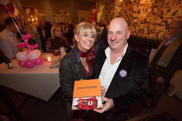 De peter van Gloria (rechts) kocht haar een sjaaltje van Louis Vuitton.