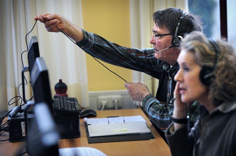Senioren aan het werk bij callcenter Seniorcall. Beeld Marcel van den Bergh / de Volkskrant