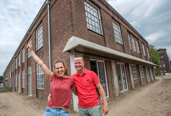 Bas Kuipers en Esther van Hoof  steken hun enthousiasme om in de Lakfabriek van KVL te mogen wonen niet onder stoelen of banken.