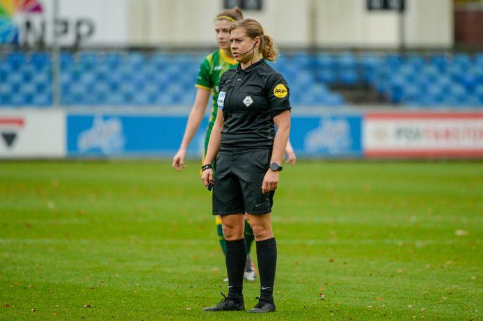Lizzy van der Helm in actie tijdens het vrouwenduel tussen PSV en ADO Den Haag.