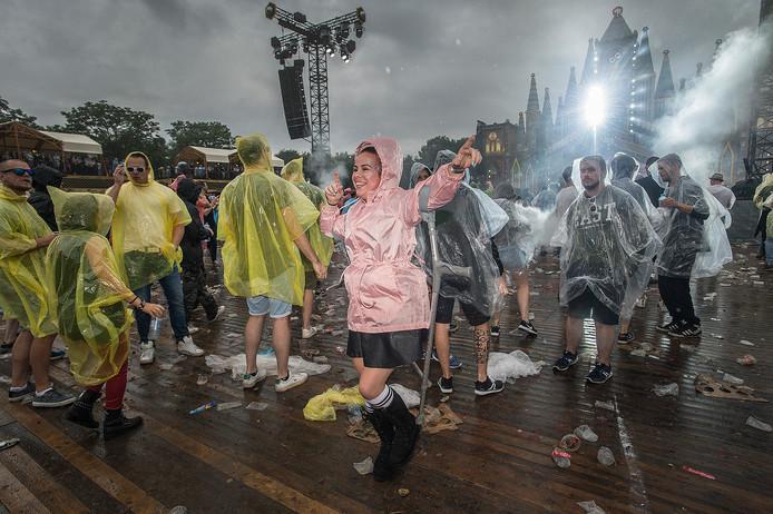 Pix4Profs-Ron Magielse de regen kan veel van de bezoekers aan festival decibel niet deren. zelfs niet als je op krukken loopt.