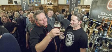 Zwart winterbier drinken in de Grote Kerk in Enschede