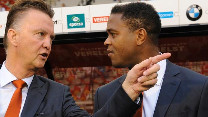 Patrick Kluivert (r) met bondscoach Louis van Gaal.