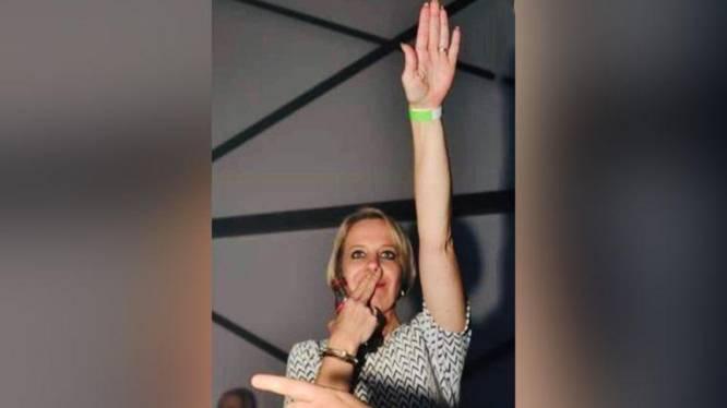 """'Per direct' uit de partij gezet na Hitlergroet... Maar Vlaams Belang-politica voert lustig campagne: """"Bij wie mogen we een tuinbord plaatsen?"""""""