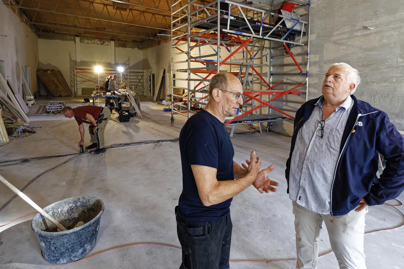 Johan Kremers (links) en Ad Robbemondt in de grote zaal van het dorpshuis in Well, waar nog volop wordt gewerkt.