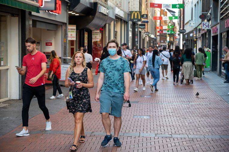 Ook in de Kalverstraat is het dragen van een mondkapje verplicht. Beeld Hollandse Hoogte /  ANP