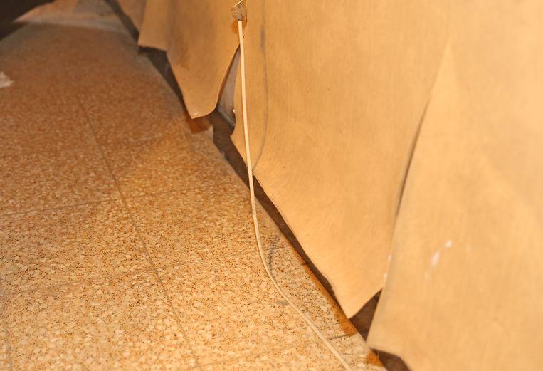 Het behangpapier komt los door het vocht in de muren.