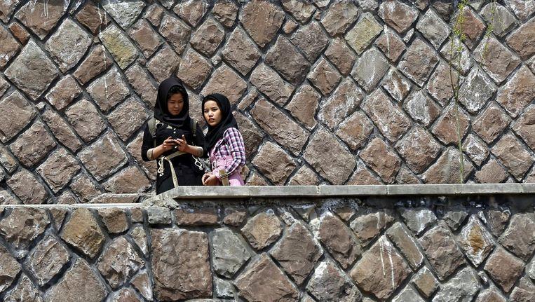 Twee Iraanse vrouwen 'op vakantie in eigen land'. Beeld afp