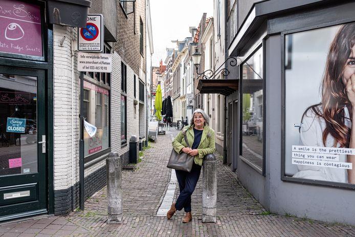 Marja van Trier in de Amersfoortse Peperstraat. De Brabantse doet onderzoek naar alle Peperstraten in Nederland.