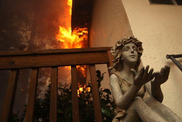 Een huis gaat in vlammen op In Paradise, Californië.