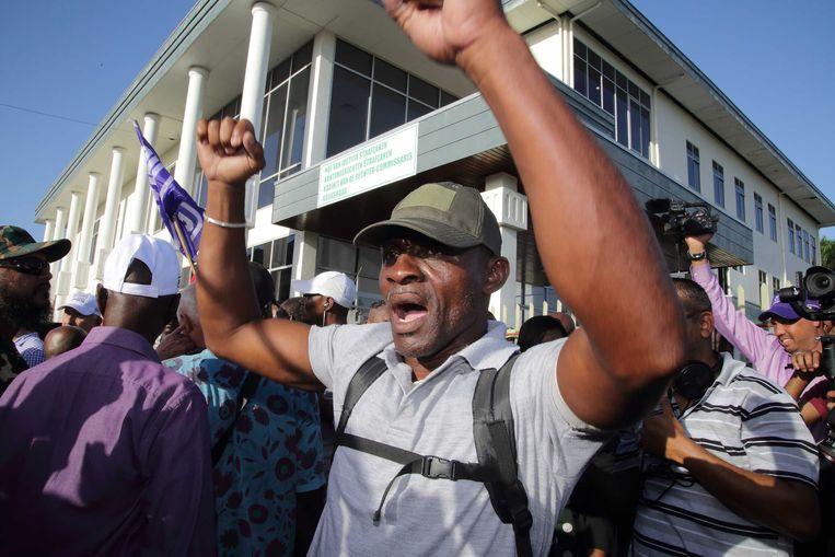 Bouterses NDP, de grootste partij van Suriname, had duizenden aanhangers opgeroepen massaal te verschijnen voor het gerechtsgebouw om de president te ondersteunen.  Beeld ANP