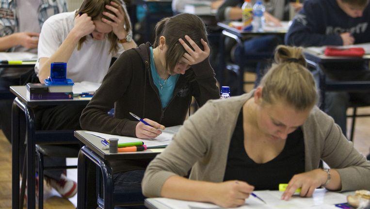 Steeds meer leerlingen verlaten na het doen van examens de school met een diploma. Beeld ANP