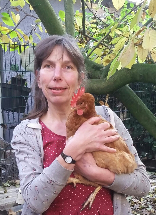 Sandra met een kip, overigens niet dé kip. Die is inmiddels overleden.