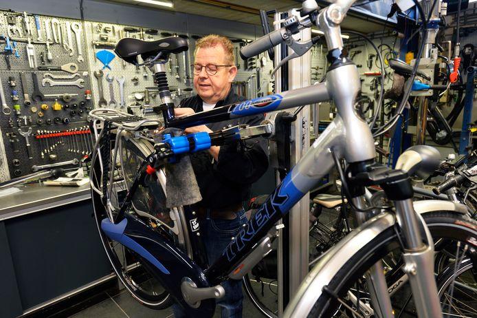 Fietsenmaker Hans Koks uit Haarsteeg houdt van sleutelen aan een fiets, maar zal dat vanaf 1 januari alleen nog voor zichzelf en zijn familie doen.