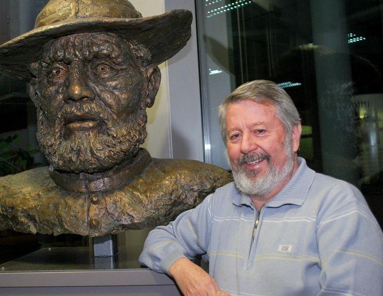 Vital Van Dessel bij het Damiaanbeeld in het gemeentehuis van Tremelo. ZIjn liefde voor Damiaan was er bij de betreurde oud-burgemeester altijd.