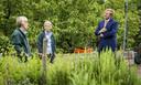 De koning in gesprek met vrijwilligers Ankie Battes en Henny Portegies. De buurtbewoners onderhouden de moestuin.