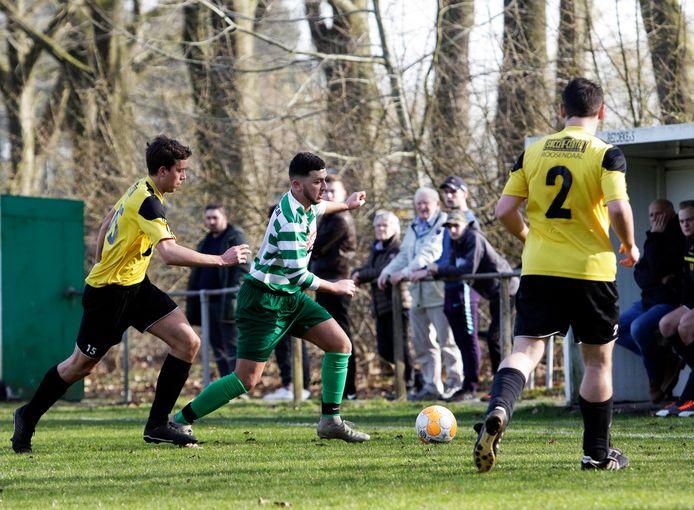 FC Moerstraten (geel-zwart) boekte na achttien wedstrijden zonder overwinning eindelijk een zege.