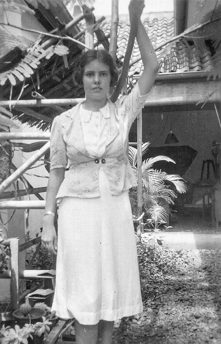 Koos in de achtertuin in Batavia, Nederlands-Indië, 1937. Ze was hier 16 of 17, een aantal jaren voor ze op haar 21ste het kamp in ging.  Beeld Jan Deckwitz