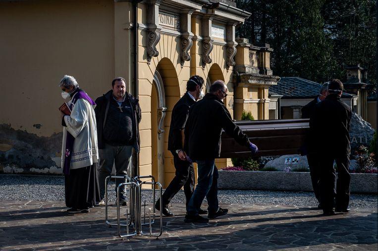 21 maart. In het Noord-Italiaanse Bergamo blijft het dodental razendsnel oplopen.  Beeld Photo News