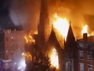 Felle brand verwoest historische kerk in New York