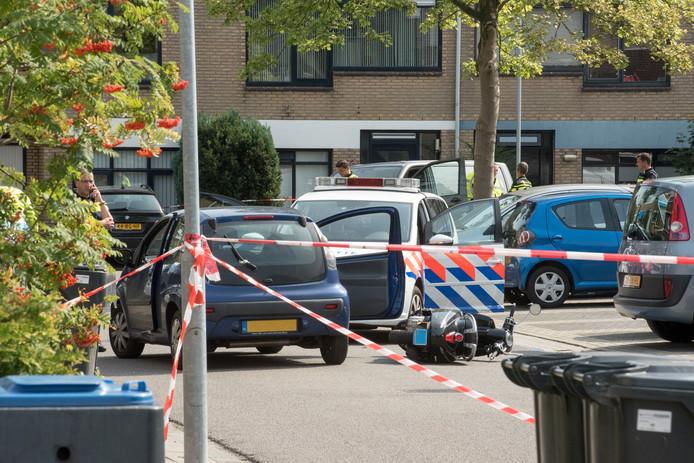 De situatie aan de Emdenmeen in Harderwijk op 23 augustus 2017, kort nadat een politieagent op een scooter is geraakt door één van de aangehouden verdachten.