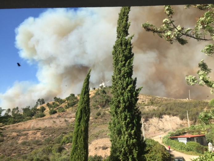Deze foto nam Hans Temmink woensdag vanuit zijn woning.  Goed te zien is hoe dicht de natuurbrand  was genaderd.