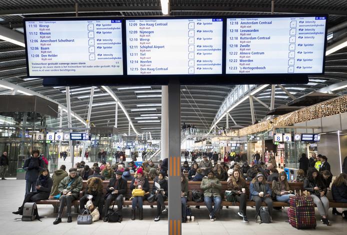 UTRECHT - Reizigers zijn gestrand op station Utrecht Centraal Station. De NS heeft vanmiddag alle treinverkeer stilgelegd vanwege de zware storm.