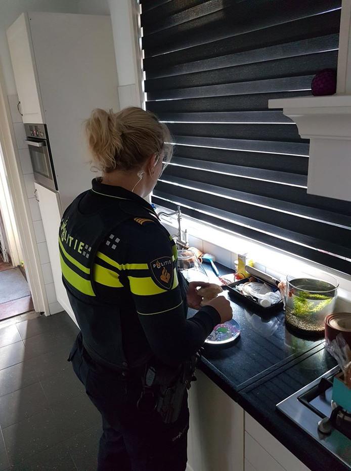 Agente Anouk de Vries smeert broodjes.