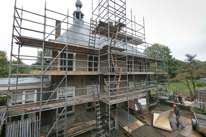 Landhuis Haanwijk in Sint-Michielsgestel wordt gerestaureerd. Oude funderingen rondom het huis worden verwijderd.
