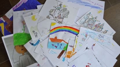 Communicantjes tekenen voor bewoners van rust- en verzorgingstehuis