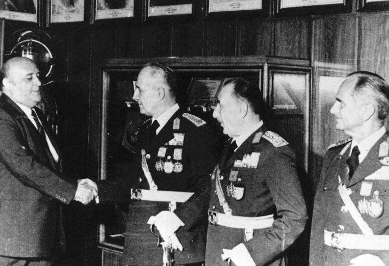 Süleyman Demirel schudt de hand van generaal Kenan Evren. Beeld ANP