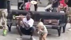 VIRAL 3: Kleine sfeermaker speelt met straatmuzikanten