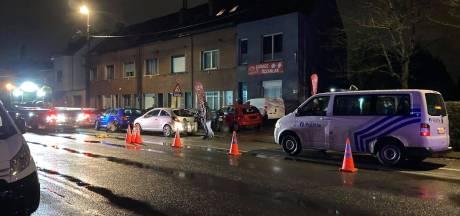 Bromfiets met passagier gegrepen door wagen: twee personen gewond naar ziekenhuis gebracht