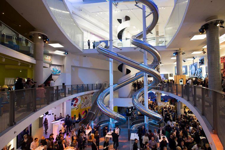 Centraal in Comics Station staat de langste indoor glijbaan van Europa.