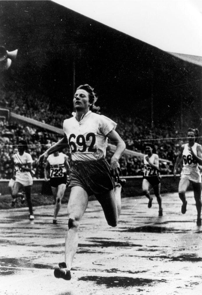 Fanny Blankers Koen wint de 200 meter op de Spelen van 1948 in London.