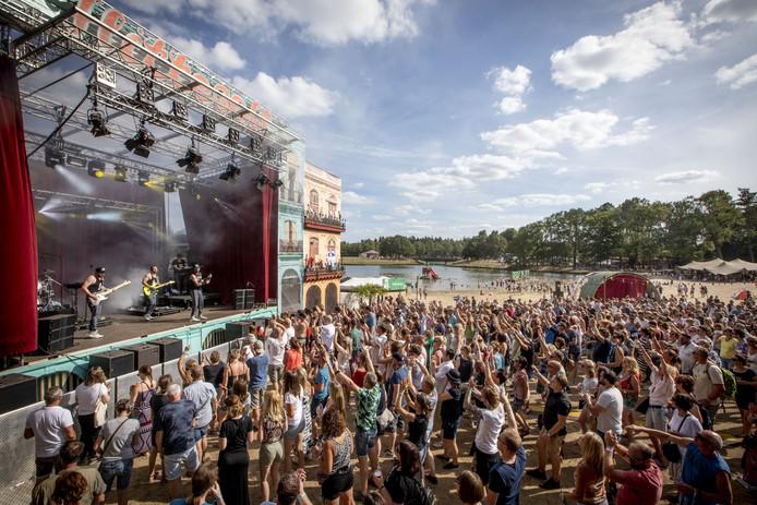 Festivalgangers genieten van Fields of Joy in 2018.