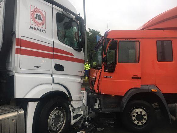 Beide vrachtwagens liepen heel wat schade op.
