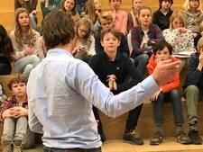 Leerlingen Koningslinde Vught vragen kandidaat-Kamerlid hemd van het lijf