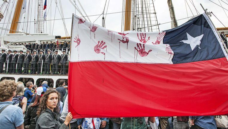 Demonstranten wachten de Esmeralda op die woensdag tijdens Sail aanmeert in de haven van Amsterdam. Beeld Guus Dubbelman / de Volkskrant