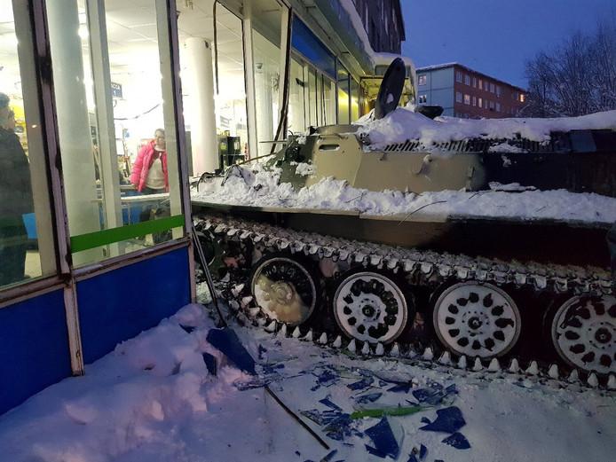 Na de gevel te hebben geramd, liep de beschonken Rus de winkel in om een fles drank te stelen.