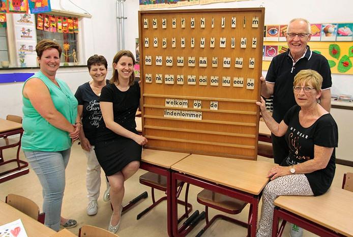 Organisatoren van reunie basisschool de Lindelommer in Hoeven, op foto vlnr : Ingrid Vervuren , Helma Goossens , Carina van Aert , Frank Rockx en Dimphy van Geel .