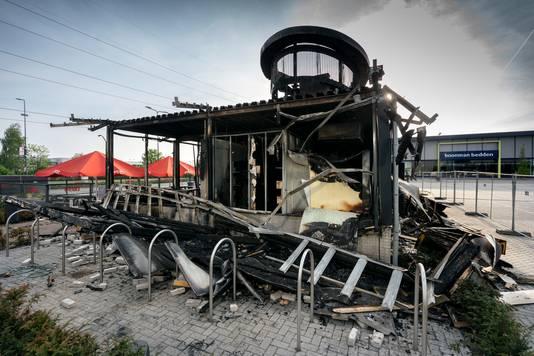 Nederland,  Den Bosch, het uitgebrande pand van snackzaak Febo op meubelboulevard Soetelieve.