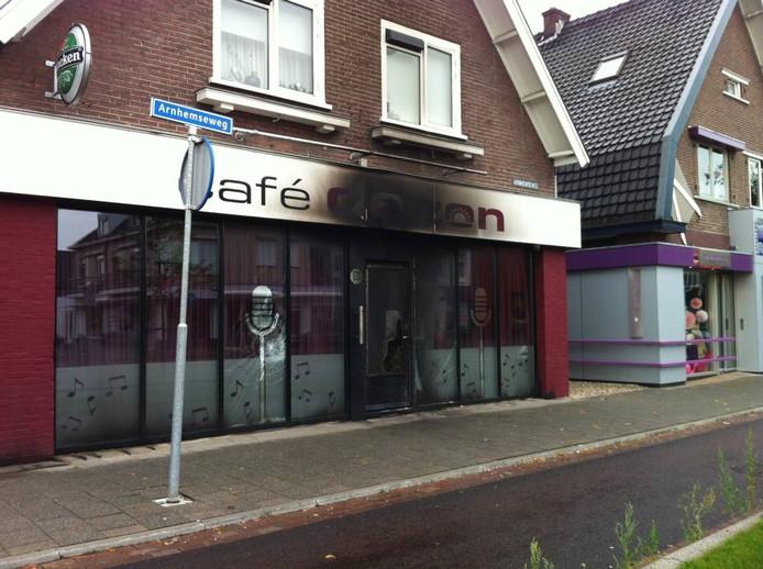 De gevel van café De Zon raakte bij de brand flink beschadigd. Foto Matthijs Oppenhuizen