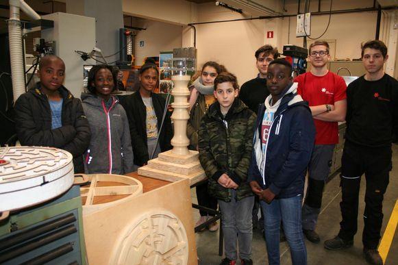De leerlingen van het Klein Atheneum en het PISO bij hun droommachine.