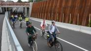 Buurtbewoners rijden nieuwe tunnel onder spoorlijn feestelijk in