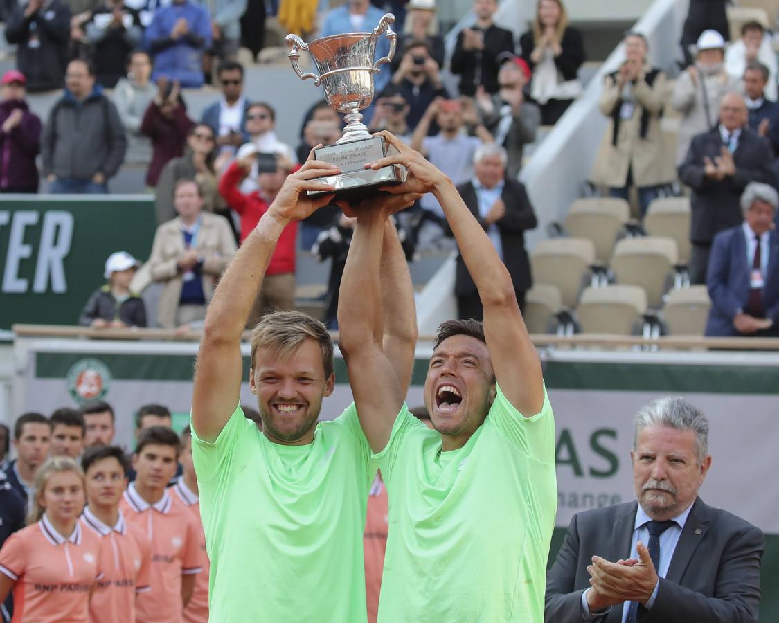 Kevin Krawietz (l) en Andreas Mies vieren feest na het winnen van het dubbeltoernooi in Roland Garros.