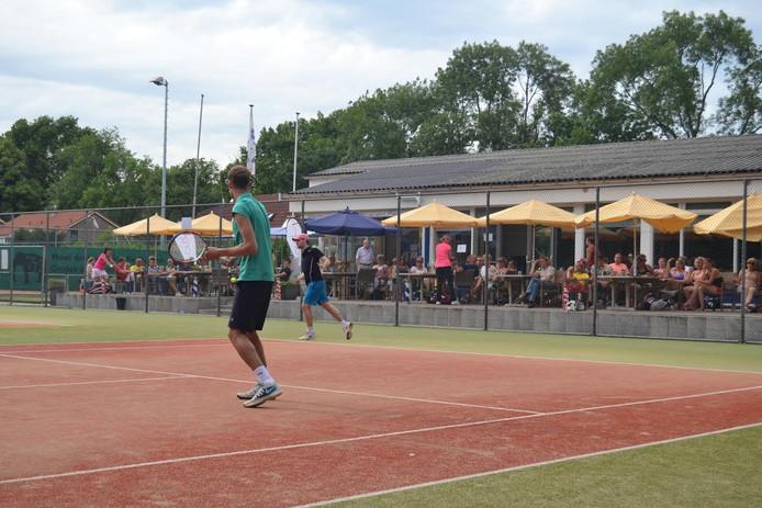 Op het jaarlijkse Maarten van Rossum tennistoernooi werd zondag een cheque overhandigd aan Stichting Orizon.