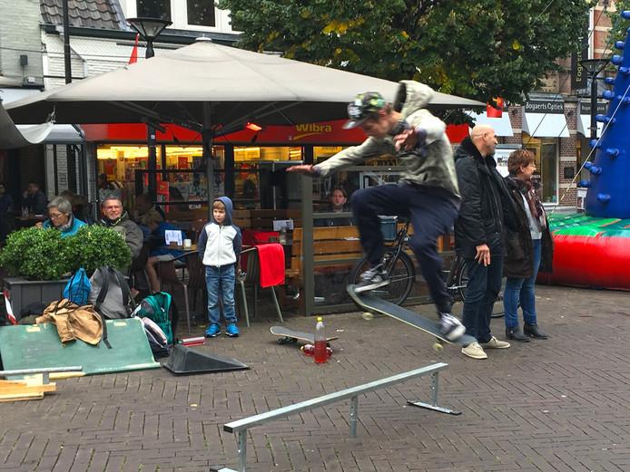 Een skateboarder voert zijn waagstukken uit in het Osse centrum.